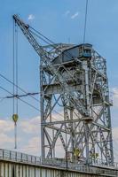 Brückenkran und Wasserkraftwerk auf blauem Himmel Hintergrund foto