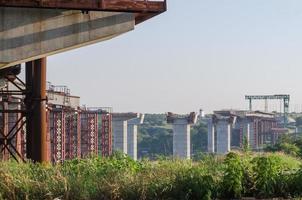 Brückenbau mit Säulen foto