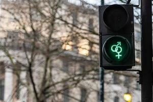 Fußgängersemaphor mit grünem Licht auf defokussiertem Hintergrund foto