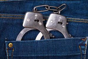 Handschellen in einer Gesäßtasche foto