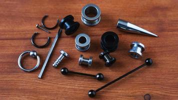 Piercing-Werkzeuge auf Holz foto