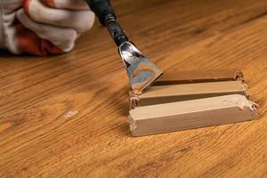 Wiederherstellung einer beschädigten Holzoberfläche foto
