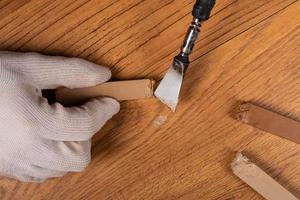 Fixieren eines Kratzers auf einer Holzoberfläche foto