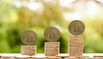 Bitcoin-Kryptowährungsmünze und Euro-Münze auf dem Tisch foto