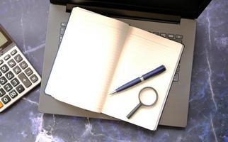 Notizbuchpapier auf dem Tisch, Geschäftsideenkonzept foto