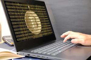 Bitcoin-Kryptowährungsmünze und Euro-Münze auf Laptop-Bildschirm, Konzept foto
