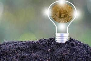 Bitcoin-Kryptowährungsmünze und Euro-Münze auf dem Boden foto