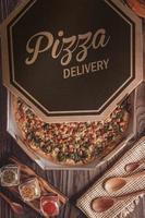 brasilianische Pizza mit Tomatensauce, Mozzarella, Endivien, Speck und Oregano in einer Lieferbox foto