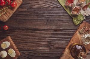 Draufsicht auf Tisch mit Tomate, gekochten Eiern, Olivenöl, Oregano und Zutaten mit Platz foto
