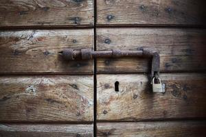 altes Schloss an einer Holztür foto