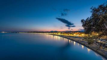Promenade des Anglais in schönem Frankreich während des Sonnenuntergangs foto