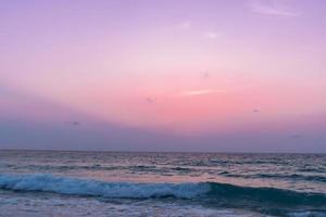 bunte lebendige Meeresmeerwellen am Strand während des Sommers foto