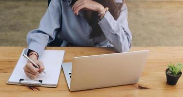 Frau, die an einem Schreibtisch arbeitet foto