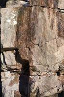 Granitfelsen in der Sonne im Frühjahr als natürlicher Hintergrund foto