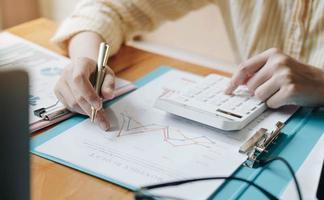 Buchhalter prüft Berechnungen
