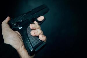 Mann hält eine Waffe foto