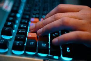 Gaming-Tastatur mit Fingern auf wasd foto