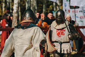 Schlacht der Ritter in Rüstung mit Schwertern in Bischkek, Kirgisistan 2019