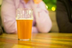 Bierkrug auf dem Tisch foto