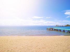 Strandsand, Meer und Pier foto