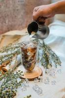 Eiskaffee wird eingegossen foto