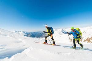 Skibergsteiger in Aktion auf den italienischen Alpen foto