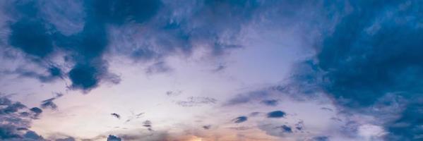 dramatischer Panoramahimmel mit Wolke auf Sonnenaufgang und Sonnenuntergangzeit. Panoramabild. foto