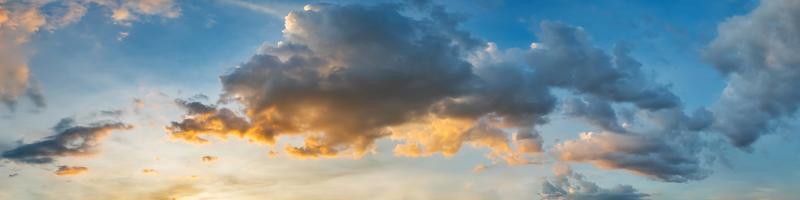 dramatischer Panoramahimmel mit Wolke auf Sonnenaufgang und Sonnenuntergangzeit. Panoramabild.