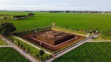 Karawang, Indonesien 2021 - Luftdrohnenansicht des Blandongan-Tempels in Karawang und umgeben von grünem Gras foto