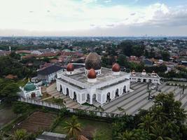 depok, indonesien 2021- nurul mustofa zentrum moscheenpanorama, blick auf die größte moschee in depok foto