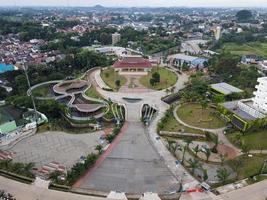 depok, indonesien 2021 - Luftaufnahme des Spielplatzhofs im öffentlichen Park, umgeben von grünen Bäumen foto