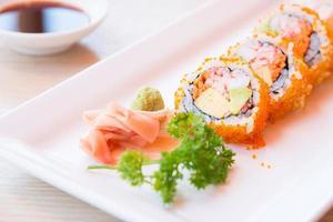 Selektiver Fokuspunkt California Roll Maki Sushi