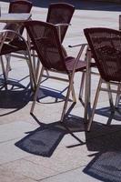Metallstühle auf der Straße foto