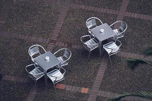 Metallische Tische und Stühle auf der Straße foto