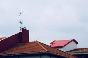 Antennenfernseher auf dem Dach eines Hauses foto