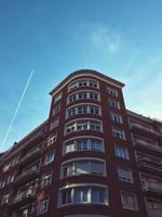 Flugzeug fliegt in den blauen Himmel in Bilbao Stadt, Spanien foto
