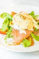 pochierte Eier mit Lachs-Rucola-Salat