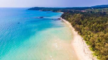 Luftaufnahme mit Meer und Strand