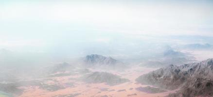 Nebel über felsigen Bergen