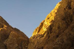 Sonnenlicht auf Bergen foto