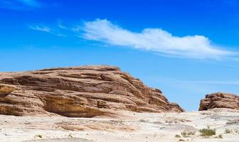 felsige Hügel und blauer Himmel foto