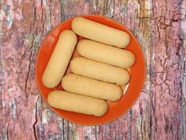 Kekse auf einem roten Teller auf einem hölzernen Tischhintergrund foto