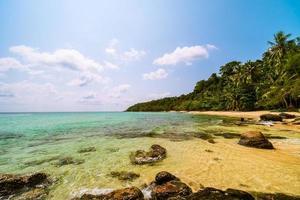 schöne Paradiesinsel mit Meer- und Strandlandschaft foto