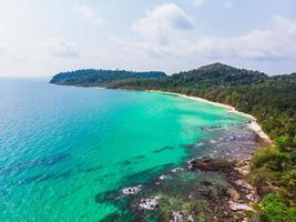 Luftaufnahme des schönen Strandes und des Meeres mit Kokospalme foto