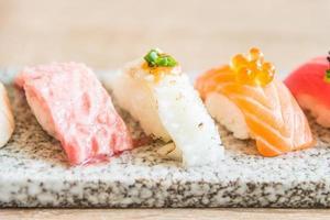 Selektiver Fokuspunkt auf Sushi-Rolle
