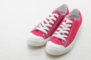 rote Schuhe auf weißem Hintergrund