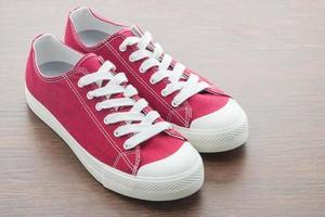 rote Schuhe auf hölzernem Hintergrund