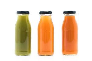 Obst- und Gemüsesaftflaschen lokalisiert auf weißem Hintergrund