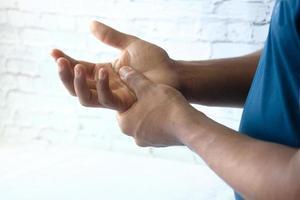 Mann, der Handfläche im Schmerz hält