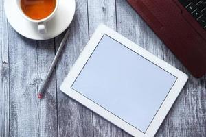 digitales Tablet und Laptop auf Büro Schreibtisch Draufsicht foto